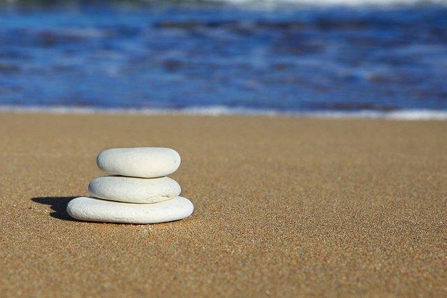 piedras-playa-meditación-mindfulness-formación-inteligencia-emocional-salud-inspiradia-juan-maria-benitez-conferenciante-empresa